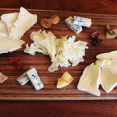 料理メニュー写真7種類のチーズ盛り合わせ(+日本チーズ2種)