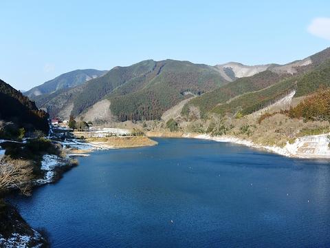 梅田湖を一望できるロケーションの食事処。四季を感じながらの楽しいひととき。