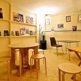 周りの壁にアートが飾られ、落ち着いた雰囲気の地下空間はまるで秘密基地のようでゆったりとした時間が過ごせます。事前予約でお客様のご要望に合わせて席をお作りすることが出来ます。