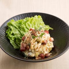 料理メニュー写真ツナ&ベーコンの炙りポテトサラダ
