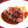 『ICHIE』は美味しい名物料理がたくさん。希少性の高い「幻の和牛」佐渡牛を豪快にグリルした『佐渡牛フィレ肉のロッシーニ』3,200円や、『生うにと黒トリュフの釜戸炊き土鍋御飯』1,990円など、ここでしか食べることのできない最高峰の創作料理をご用意いたします。