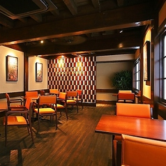 《1階フロア》モダンな雰囲気でゆっくりお食事を堪能頂けるお席です。.新感覚のイタリアンを、和と洋が融合する洗練された大人の空間でお楽しみ頂けます。