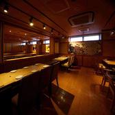 照明を落とした居心地のよい空間に、2~24名様までご着席いただけるテーブル席がございます。人数に応じてお席をご用意いたしますので、会社宴会や飲み会、女子会、デートなど、様々なシーンでご利用いただけます。ご家族でのお食事や、同僚とのサシ飲みなど、日常使いでもお気軽にどうぞ!