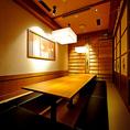 寛ぎの空間をテーマに作られた町家情緒溢れるテーブル個室。会社のご宴会、ご接待から飲み会まで幅広くご利用頂けます。接待レベルにもご対応できるような数々の厳選素材を使ったコースを誤用させて頂いております。人数、ご予算などお気軽にご相談ください。
