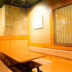 中規模の飲み会にも最適なテーブル席。茶を基調とした店内でこだわりのしゃぶしゃぶやすき焼き・名古屋名物料理をお楽しみください。