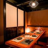 間接照明が優しく照らす癒し個室空間。和を基調とした個室席は、日本橋での接待や記念日など、プライベートでのご利用にも最適です。小人数様用の個室席、10名様~30名様向けの団体様用の個室席もご用意致しております。
