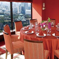 【ルビー】大阪城を望む完全個室。大阪城を眼下に望む景色を眺めながら美味しいお料理をゆったりとお楽しみ頂けます。大切な方との会食、誕生日や記念日等のお祝いなど様々なシーンでおくつろぎ頂ける空間です。