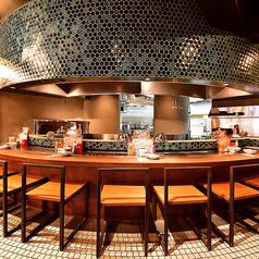 オープンキッチンを眺めながらカッコよくお料理を楽しむ大人のカウンター席。デートに最適!