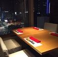 デートや、ご家族のお食事、大切な記念日のお食事の際には、窓際のテーブル席がおすすめ。マロニエゲート銀座1最上階からの夜景は、東京タワーも見える見最高のシチュエーション![銀座 和食 すき焼き 肉料理 接待 個室 宴会 夜景 デート 記念日]