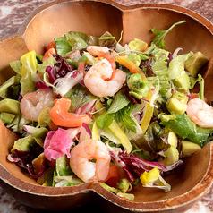 料理メニュー写真海老とアボカドの彩りサラダ