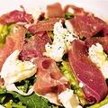 料理メニュー写真パルマ産生ハムとリコッタチーズのサラダ