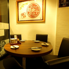 円卓のテーブル席は5名様用と3名様用を2席ご用意。人数が奇数でも安心!会話が弾みます♪