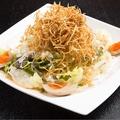 料理メニュー写真カリカリ牛蒡と半熟煮玉子のサラダ