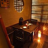 【テーブル席】落ち着いた和風モダンなテーブルで優雅に一杯♪お気軽にご利用いただけるテーブル席は、和風モダンな照明やインテリアが特徴の少人数向けテーブル席ございます。他にもお座敷や掘りごたつ、少人数向けの個室もご用意しております。お気軽にご相談ください!