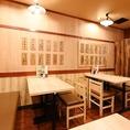 【禁煙】4名掛けテーブル席は4卓ご用意しております。少人数での飲み会、女子会、誕生日会などのご利用に最適です!KITSUNEはリーズナブルな宴会コースもご用意♪