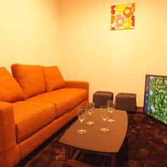 【roomC】 最大5名様前後まで入れるソファ付個室。・55インチTV設置済、無料レンタルのスマホケーブルをTVに繋いで大画面で楽しむことも無料で可能!・ブルーレイ・DVDプレーヤー設置、無料でお持込されたDVD鑑賞なども自由!・全店内、無線LANの無料利用可能!