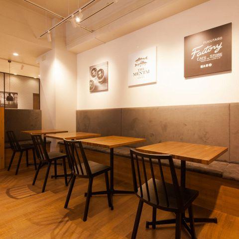 2名テーブルは全部で6つあります。人数に合わせて、テーブルを移動してご使用いただけます。