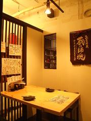 テーブル席。清潔で和モダンな店内は女性同士やカップルの居酒屋デートにも人気の当店。