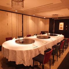楕円テーブルの広い個室。7~12名様用。個室料無料。