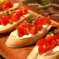 料理メニュー写真トマトとクリームチーズのブルスケッタ