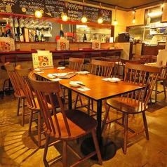 テーブル席は最大10名まで調整可能です。ボリューム満点のコースとゆっくりお料理とドリンクをお楽しみいただける飲み放題をご用意していますのでお祝いや歓送迎会、女子会でぜひご利用下さい。