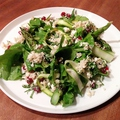 料理メニュー写真グリーンサラダ 薪焼きラフランスとルッコラ キヌアとフェタチーズ