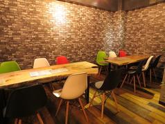 シャンデリアでお洒落な雰囲気♪奥のテーブル席は、女子会やお誕生日会などにも最適です!(3~12名)