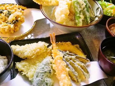 目の前で豪快に揚げる天ぷらは迫力。一品ずつ丁寧に運ばれる天ぷらが楽しめるお店。