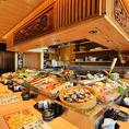 旬食材がズラリと並ぶカウンター席は出来立て熱々の炉端焼きをすぐに食べることの出来る人気席★おしゃべりも良いけどとにかく美味しいお料理と美味しいお酒を楽しみたい…!という方にはとってもおすすめのお席です。海鮮料理と日本酒にこだわる和食居酒屋 奥志摩 金山本店