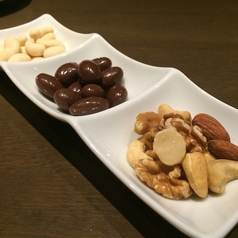 料理メニュー写真ナッツ3種盛り合わせ(スモーク、チョコ、カシューナッツ)