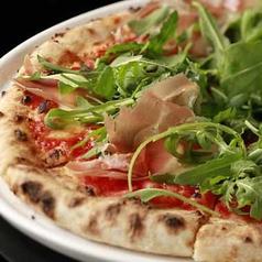 プロシュートとルッコラのピザ
