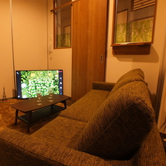 【roomB】 最大6名様まで入れるソファ付個室。・55インチTV設置済、無料レンタルのスマホケーブルをTVに繋いで大画面で楽しむことも無料で可能!・ブルーレイ・DVDプレーヤー設置、無料でお持込されたDVD鑑賞なども自由!・全店内、無線LANの無料利用可能!店内全ての設備、備品はサービスとなります。