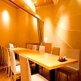 カーテンで仕切られたテーブルタイプの半個室のお席です。木目基調で優しい照明が照らす落ち着いた雰囲気の店内で、周りを気にせずゆったりと過ごしながら美味しいお寿司をご堪能いただけます。接待や記念日、誕生日など特別な日のご利用におすすめです。