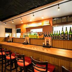 カウンター席もありますのでお一人様でもお気軽にご利用ください。テーブルの広さや足置きの高さも工夫してあるので、長時間のご利用でもストレスなくお楽しみいただけます。二人でゆっくりお酒を楽しみたいカップルのお客様にもオススメ♪