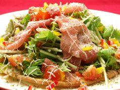 料理メニュー写真生ハムのサラダ