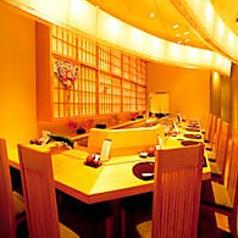 板前の握りたてのお寿司を食べれるのはやっぱりカウンターがおすすめです!お寿司の価格は100円~500円と、回転寿司よりほんの少し高いだけなので、リーズナブルに板前が目の前で握ったお寿司を食べられます。仕事帰りにふらっと1杯、居酒屋としてのご利用も大歓迎です!