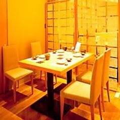4名様~ご利用できるテーブルの半個室です。予約の状況に応じて、2名様でもご利用が可能ですのでお気軽にご相談ください。デートや記念日、女子会などにおすすめのお席です。おいしいお寿司を囲んで楽しいひとときをお過ごしください。