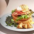 料理メニュー写真エッグベネディクトパンケーキ