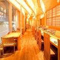木目基調のゆったりとした空間は、優しい照明が照らす温かみのある雰囲気が漂います。お寿司は100円~500円までリーズナブルなお値段でご用意しておりますので、リラックスした雰囲気のなか、お腹いっぱいおいしいお寿司をお楽しみいただけます。