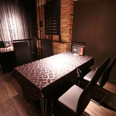 落ち着いた空間の中、ストリングカーテンで仕切られたテーブル席。4名席が2つ、2名席が1つございます。