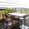 開放的なテラス席は心地よい風と景色を楽しみながら食事やお酒が楽しめると人気です。
