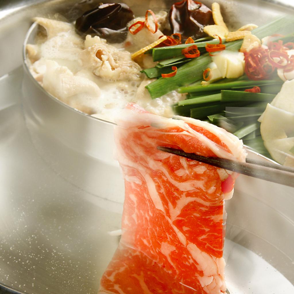 当店の鍋料理はお好みなものを2種類選んで同時に楽しめるスタイルです!