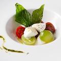 料理メニュー写真厳選農園の4種のトマトとモッツアレラ'ブッファラ'のカプレーゼ