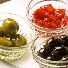 料理メニュー写真オリーブとセミドライトマトの盛り合わせ
