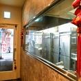 店内に入ってすぐの大きな窓からは、厨房の様子が覗けます。シェフの包丁捌きやスピード感あふれる調理風景は、思わず足をとめて見入ってしまうほど鮮やか。普段、目にする機会も少ないから印象にも残るので、記念日など特別な日の利用にもオススメです。