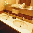 女性用トイレにはアメニティも充実!大きな鏡の広々としたスペースがあり、お化粧直しもしやすいと評判です。また、匂い対策として、衣類用の消臭スプレーや、口臭対策としてのマウスウォッシュも常備。安心して当店をご利用ください♪