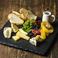 料理メニュー写真北海道産チーズとドライフルーツの盛り合わせ