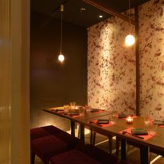 【個室テーブル席】全席個室で安心。接待や会食にも最適な空間。ゆったりとおくつろぎ頂けるお席を多数ご完備しており、和の雰囲気漂うモダンなお席でのお食事、飲み会をお過ごし頂けます。