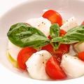 料理メニュー写真ナポリ最高級の水牛モッツァレラチーズとフレッシュトマトのカプレーゼ