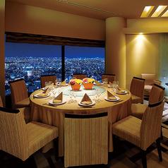 【アンバー】10名様までご利用可能な個室。昼と夜で表情を変える大阪の街。お部屋の窓からは大阪の街並みを眺めることが出来ます。接待や歓送迎会、顔合わせなど幅広いシーンにもぴったりなお部屋です。